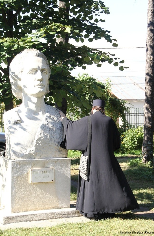 Mihai-Eminescu-la-Manastirea-Trei-Ierarhi-din-Iasi-Foto-Cristina-Nichitus-Roncea