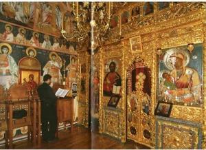 """Ca o particularitate, Icoana Maicii Domnului """"Galaktotrofousa"""" de la Chilia """"Typikario"""" din Karyes (Mt. Athos) este așezată în partea dreaptă a Ușilor împărătești, iar Mântuitorul în partea stângă"""