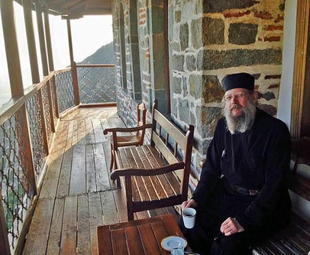 21 mai 2015: PS Alexander Golitzin, episcop de Toledo (Ohio), pe terasă la Simonos Petras, mănăstirea de metanie via pemptousia