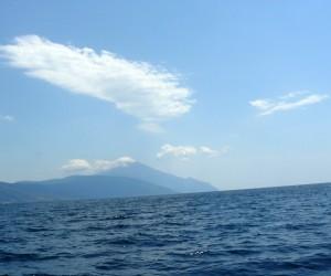 Vârful Athonului, cel mai înalt din Athos, văzut de pe vaporaşul pe care l-am luat din Ouranopolis