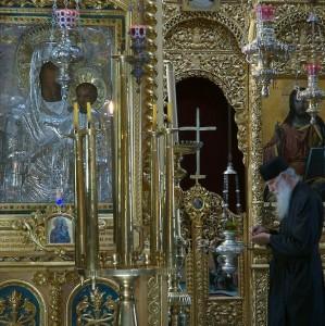 Părintele M., în faţa iconostasului. În stânga, icoana Maicii Domnului Prodromiţa