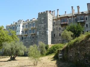 Chilii în zidul dinspre livadă al Mănăstirii Vatopedu