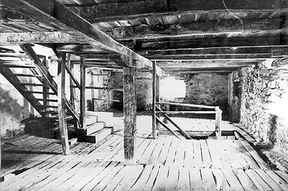 Prosfori-IN-1-Interiorul-turnului-inainte-de-renovare